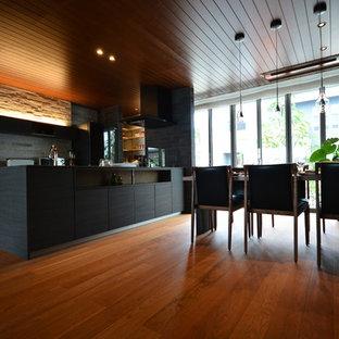 Imagen de comedor moderno, abierto, sin chimenea, con paredes marrones, suelo de contrachapado y suelo rosa