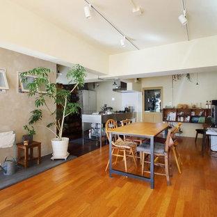 東京23区の北欧スタイルのおしゃれなLDK (白い壁、無垢フローリング、茶色い床) の写真