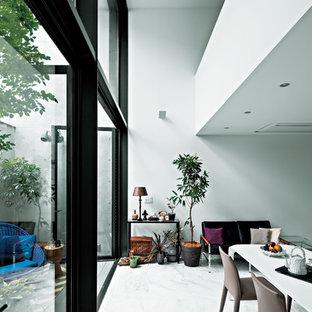 東京23区のモダンスタイルのおしゃれなLDK (白い壁、白い床) の写真