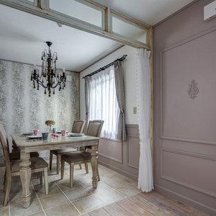 Esempio di una sala da pranzo stile shabby con pareti viola, pavimento in terracotta e pavimento beige