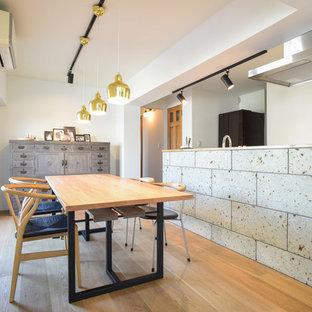 東京23区のエクレクティックスタイルのおしゃれなダイニング (白い壁、淡色無垢フローリング、茶色い床) の写真