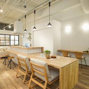 東京23区のインダストリアルスタイルのLDKの画像 (無垢フローリング、茶色い床、白い壁)