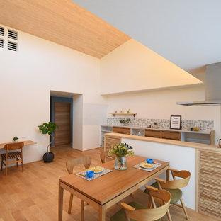 他の地域の北欧スタイルのおしゃれなLDK (白い壁、淡色無垢フローリング、ベージュの床) の写真