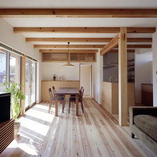神戸のアジアンスタイルのおしゃれなLDK (白い壁、淡色無垢フローリング、茶色い床) の写真