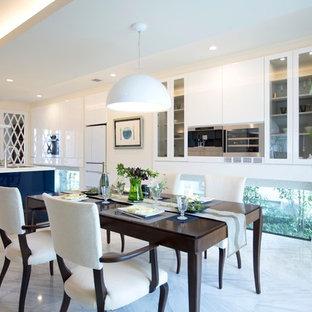 Imagen de comedor de cocina contemporáneo con paredes blancas y suelo de mármol