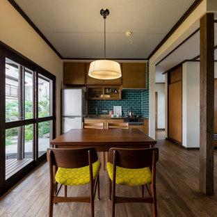 他の地域の小さいミッドセンチュリースタイルのおしゃれなダイニングキッチン (白い壁、茶色い床、濃色無垢フローリング) の写真