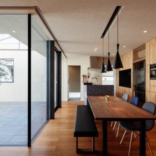 他の地域のアジアンスタイルのおしゃれなダイニングキッチン (白い壁、無垢フローリング、茶色い床) の写真