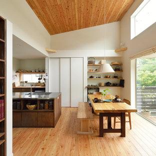 東京23区のアジアンスタイルのおしゃれなダイニングキッチン (白い壁、無垢フローリング、茶色い床) の写真