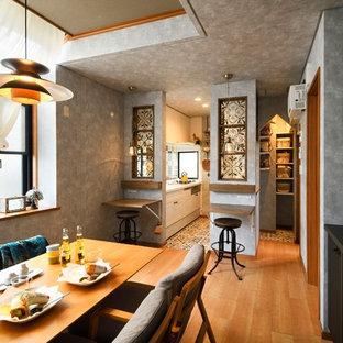 他の地域の小さいアジアンスタイルのおしゃれなLDK (グレーの壁、無垢フローリング、茶色い床) の写真