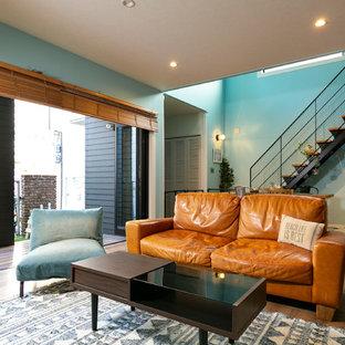 大阪の中くらいのインダストリアルスタイルのおしゃれなLDK (青い壁、濃色無垢フローリング、茶色い床) の写真