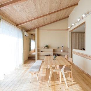他の地域のカントリー風おしゃれなダイニングキッチン (白い壁、淡色無垢フローリング、ベージュの床) の写真