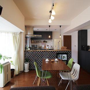 Foto di una piccola sala da pranzo bohémian con pareti bianche, pavimento in compensato, nessun camino e pavimento marrone