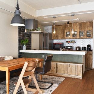 他の地域のコンテンポラリースタイルのおしゃれなLDK (白い壁、無垢フローリング、茶色い床) の写真