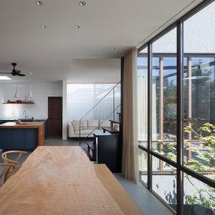 他の地域の大きいコンテンポラリースタイルのおしゃれなLDK (セラミックタイルの床、グレーの床、白い壁) の写真