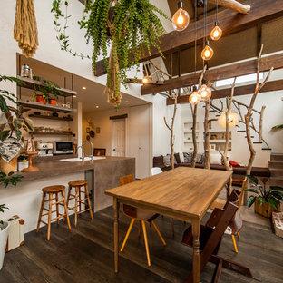 横浜のアジアンスタイルのおしゃれなLDK (白い壁、濃色無垢フローリング、薪ストーブ、レンガの暖炉まわり、茶色い床) の写真