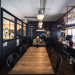 他の地域のインダストリアルスタイルのおしゃれなダイニング (黒い壁、濃色無垢フローリング、茶色い床) の写真