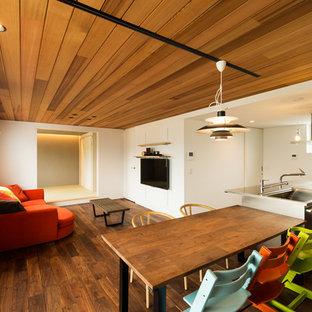 他の地域のモダンスタイルのおしゃれなLDK (白い壁、濃色無垢フローリング、茶色い床) の写真