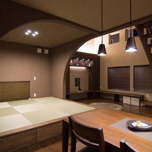Imagen de comedor de estilo zen, abierto, con paredes multicolor, suelo de madera oscura y suelo marrón