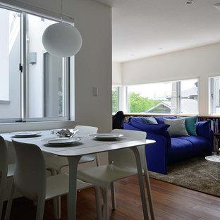 Idéer för små funkis matplatser med öppen planlösning, med vita väggar, plywoodgolv och brunt golv