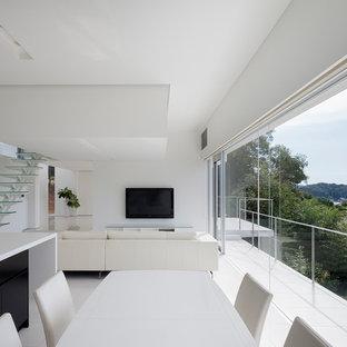 Diseño de comedor minimalista, abierto, con paredes blancas y suelo blanco