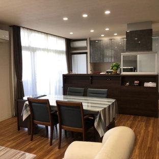 Foto di una piccola sala da pranzo aperta verso il soggiorno moderna con pareti grigie, pavimento marrone, soffitto in carta da parati e carta da parati