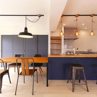名古屋の大きい北欧スタイルのおしゃれなLDK (青い壁、淡色無垢フローリング、白い床) の写真