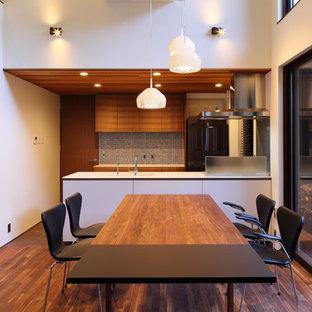 他の地域の中サイズのモダンスタイルのおしゃれなLDK (セラミックタイルの床、グレーの床) の写真