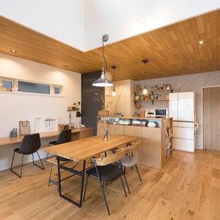 Foto di una sala da pranzo aperta verso il soggiorno scandinava con pareti multicolore, pavimento in legno massello medio e pavimento marrone