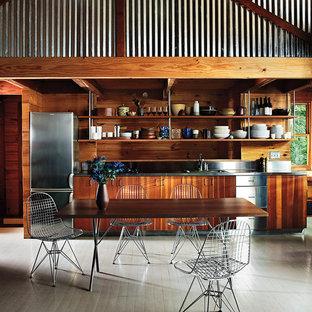 Idee per una sala da pranzo minimalista con pareti marroni, pavimento in legno verniciato e nessun camino