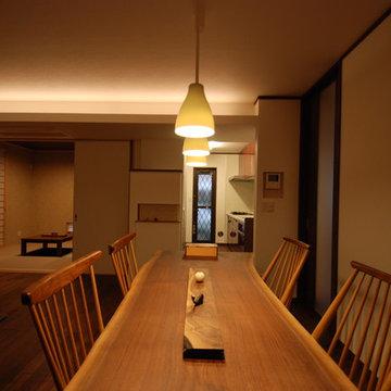 ダイニングテーブルは床に合わせてブラックウォールナットの一枚板