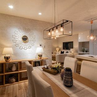 Ispirazione per una sala da pranzo aperta verso il soggiorno chic di medie dimensioni con pareti grigie, pavimento marrone e pavimento in laminato
