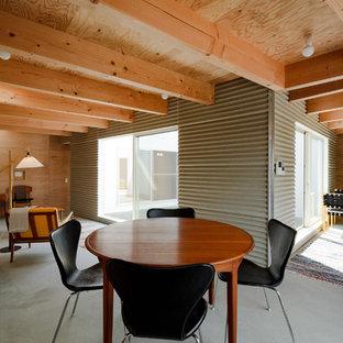 Foto di una sala da pranzo industriale con pareti marroni, pavimento in cemento e pavimento grigio