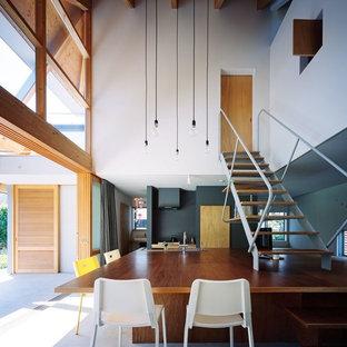 他の地域の中サイズのコンテンポラリースタイルのおしゃれなLDK (白い壁、コンクリートの床、暖炉なし、グレーの床) の写真