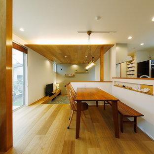 東京23区の中くらいの北欧スタイルのおしゃれなLDK (白い壁、無垢フローリング、茶色い床) の写真