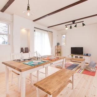 他の地域のカントリー風おしゃれなLDK (白い壁、無垢フローリング、暖炉なし、ベージュの床) の写真