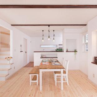 他の地域のアジアンスタイルのおしゃれなLDK (白い壁、無垢フローリング、暖炉なし、ベージュの床) の写真