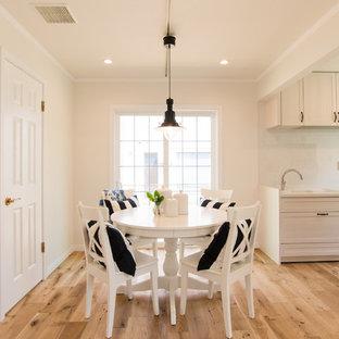 他の地域の広いトラディショナルスタイルのおしゃれなLDK (白い壁、無垢フローリング、茶色い床) の写真