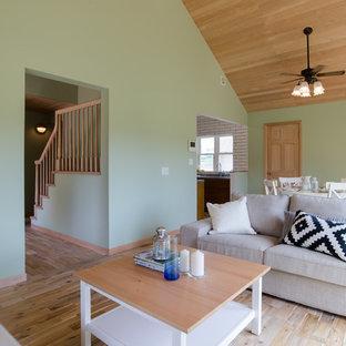 他の地域の中サイズのトロピカルスタイルのおしゃれなダイニング (ベージュの壁、無垢フローリング、茶色い床) の写真