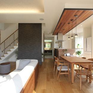 他の地域の広いラスティックスタイルのおしゃれなLDK (グレーの壁、ベージュの床、無垢フローリング) の写真