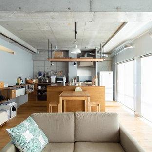 東京都下のインダストリアルスタイルのおしゃれなLDK (グレーの壁、無垢フローリング、茶色い床) の写真