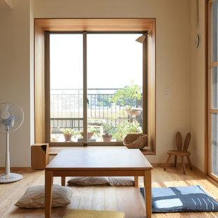 東京23区のアジアンスタイルのダイニングの画像 (白い壁、無垢フローリング、茶色い床)