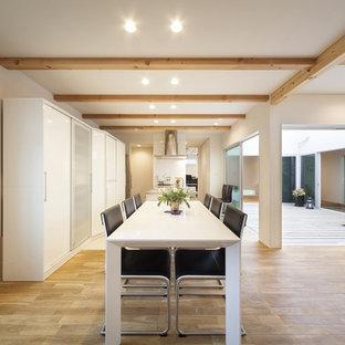 他の地域のコンテンポラリースタイルのおしゃれなLDK (白い壁、茶色い床) の写真