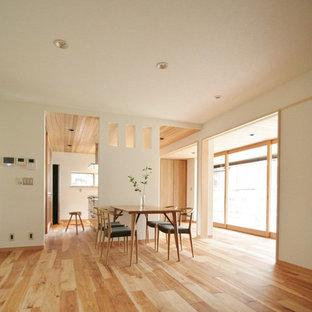 Idee per una sala da pranzo rustica con pareti bianche, pavimento in legno massello medio, nessun camino e pavimento multicolore