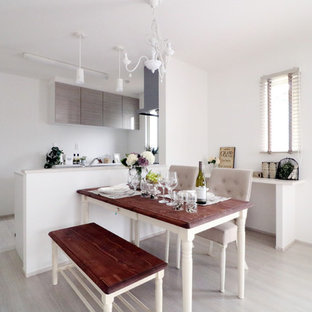 Esempio di una sala da pranzo aperta verso il soggiorno minimal con pareti bianche, pavimento in vinile e pavimento grigio