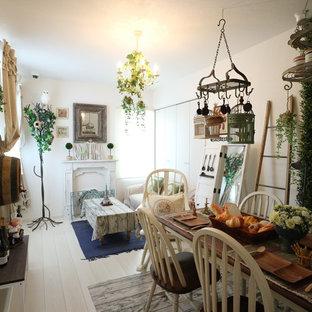 Modelo de comedor romántico, abierto, con paredes blancas, suelo de madera pintada y suelo blanco