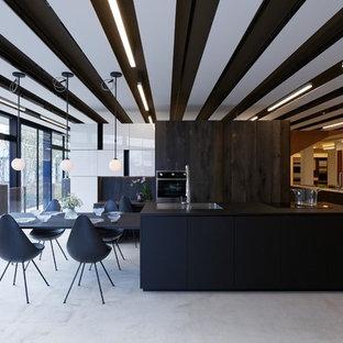 他の地域のコンテンポラリースタイルのおしゃれなダイニングキッチン (グレーの床、マルチカラーの壁、コンクリートの床) の写真