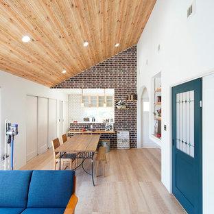 他の地域のエクレクティックスタイルのおしゃれなLDK (白い壁、淡色無垢フローリング、ベージュの床) の写真