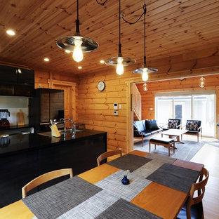 Diseño de comedor de estilo zen, abierto, con paredes marrones, suelo de madera en tonos medios, chimenea de esquina, marco de chimenea de hormigón y suelo marrón