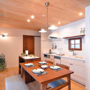 Diseño de comedor mediterráneo, pequeño, con paredes blancas, suelo de madera clara y suelo marrón