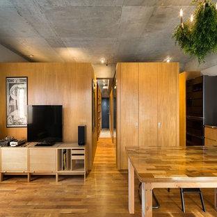 他の地域のインダストリアルスタイルのおしゃれなダイニング (グレーの壁、無垢フローリング、茶色い床) の写真